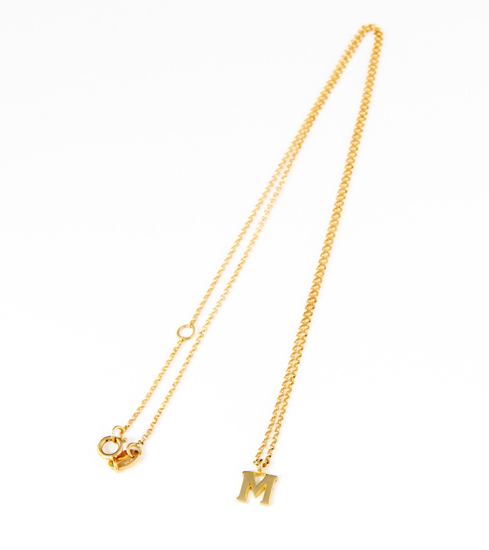 Gargantilla de mujer en oro amarillo con letra M.